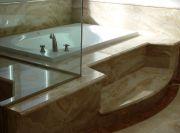 Пример исполнения облицовки мрамором подиума ванны в ванной комнате